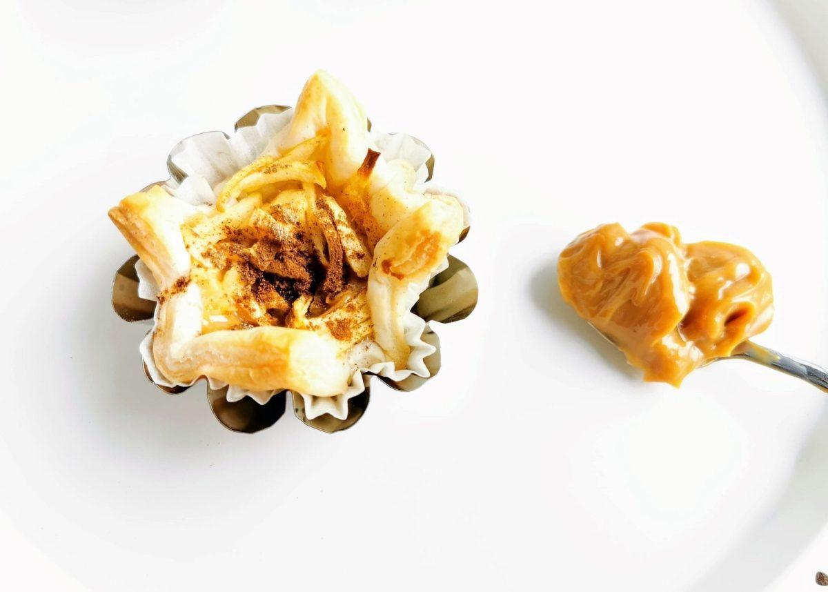 Blätterteigtörtchen mit Karamell und Apfel - ein Hingucker auf jeder Kuchentafel und ganz schnell gemacht. Hier auf Puddingklecks findest du ein Rezept mit Schritt für Schritt Anleitung