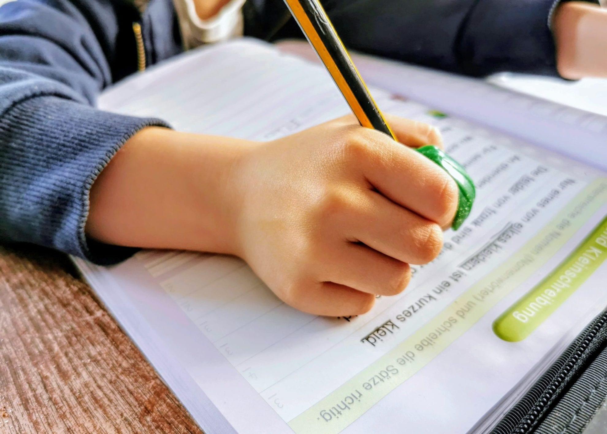 Hausaufgaben in der Großfamilie: Ein Einblick in unseren Alltag beim Erledigen der Schularbeiten mit einer Prise Humor auf Puddingklecks