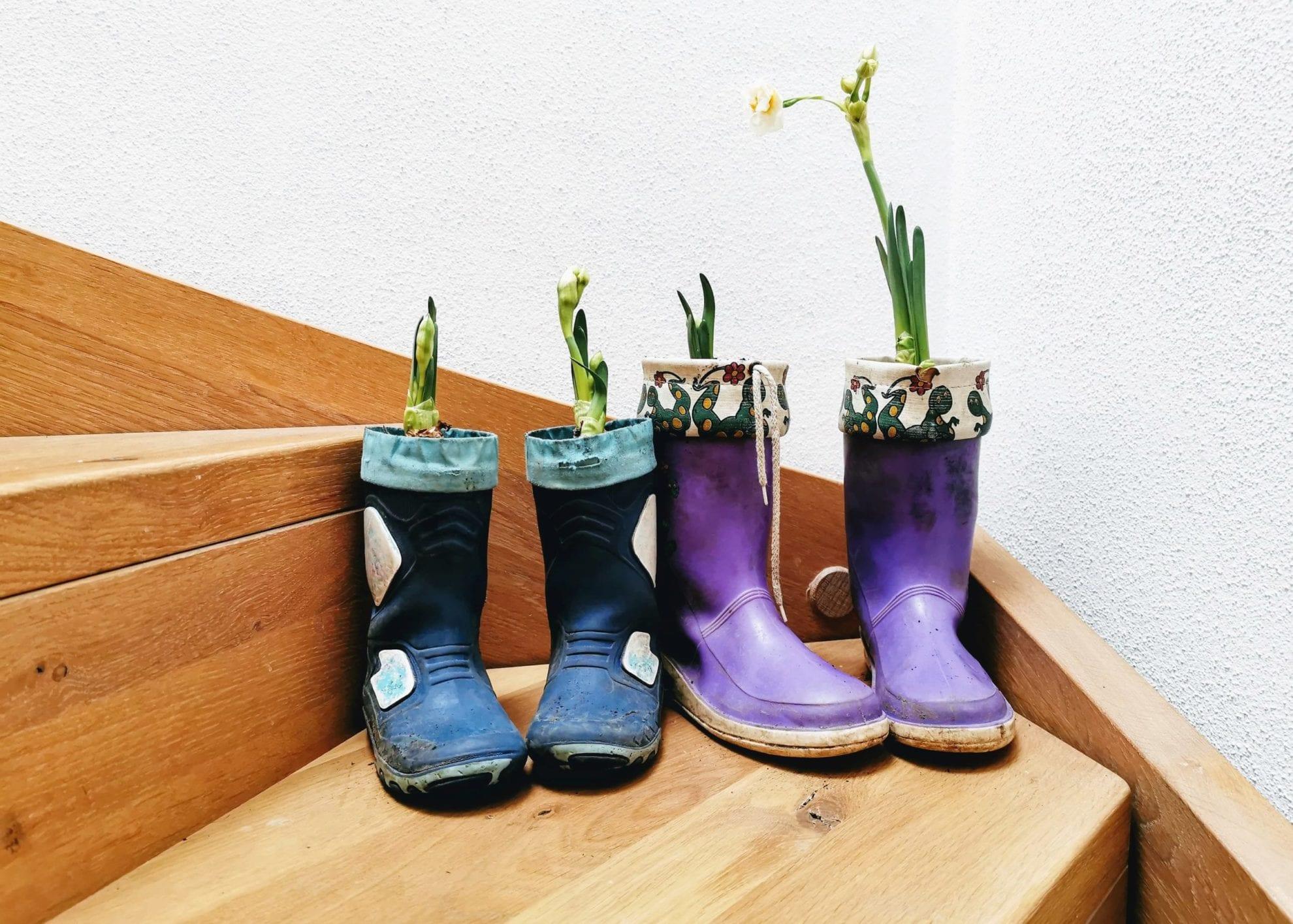 Gummistiefel Upcycling: mit Blumen bepflanzen und ein zweites Leben schenken. Ein einfaches DIY zum Basteln mit Kindern auf Puddingklecks