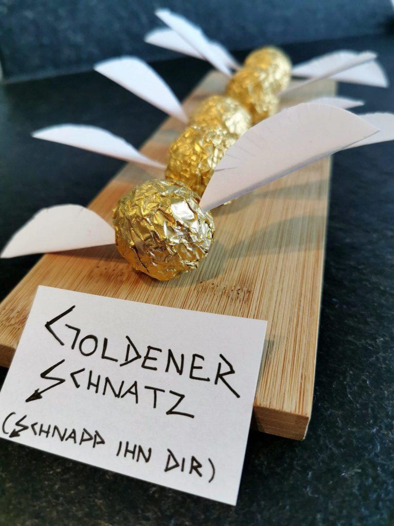 Den goldenen Schnatz mit Ferrero Rocher und Zahnstochern basteln. Ein schnelles DIY auf Puddingklecks