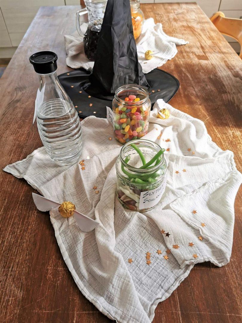 Tischdekoration mit Zauberhut und Slytherin Schlangen von Julie auf Puddingklecks