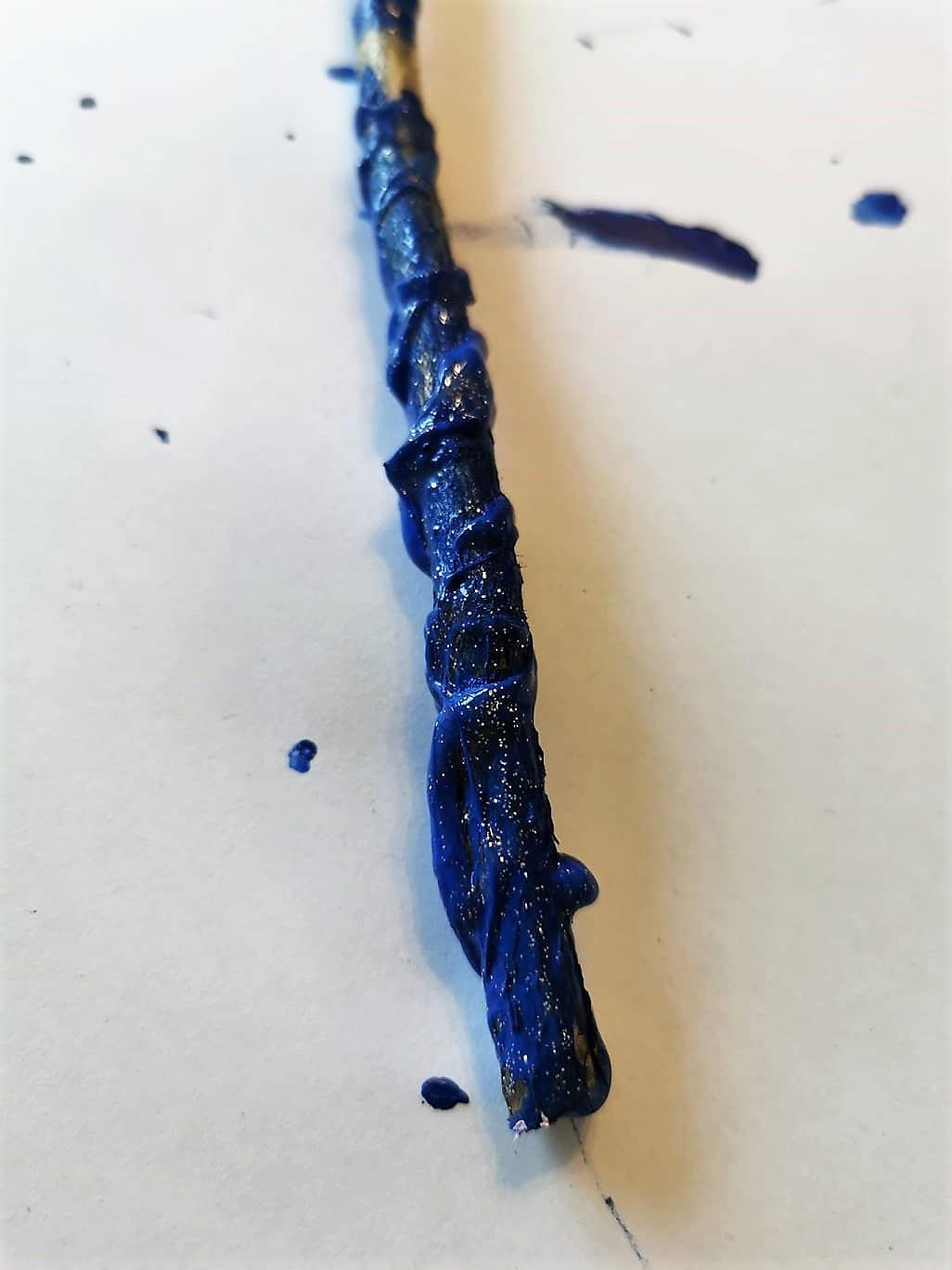 Zauberstab DIY mit Acrylfarbe und Heißkleber