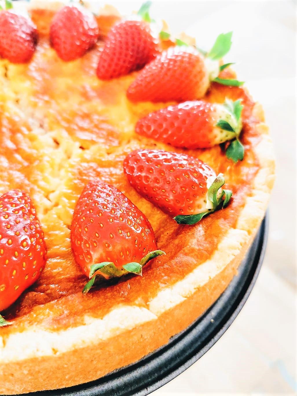 Quarkkuchen mit Heidelbeerklecksen und Erdbeeren
