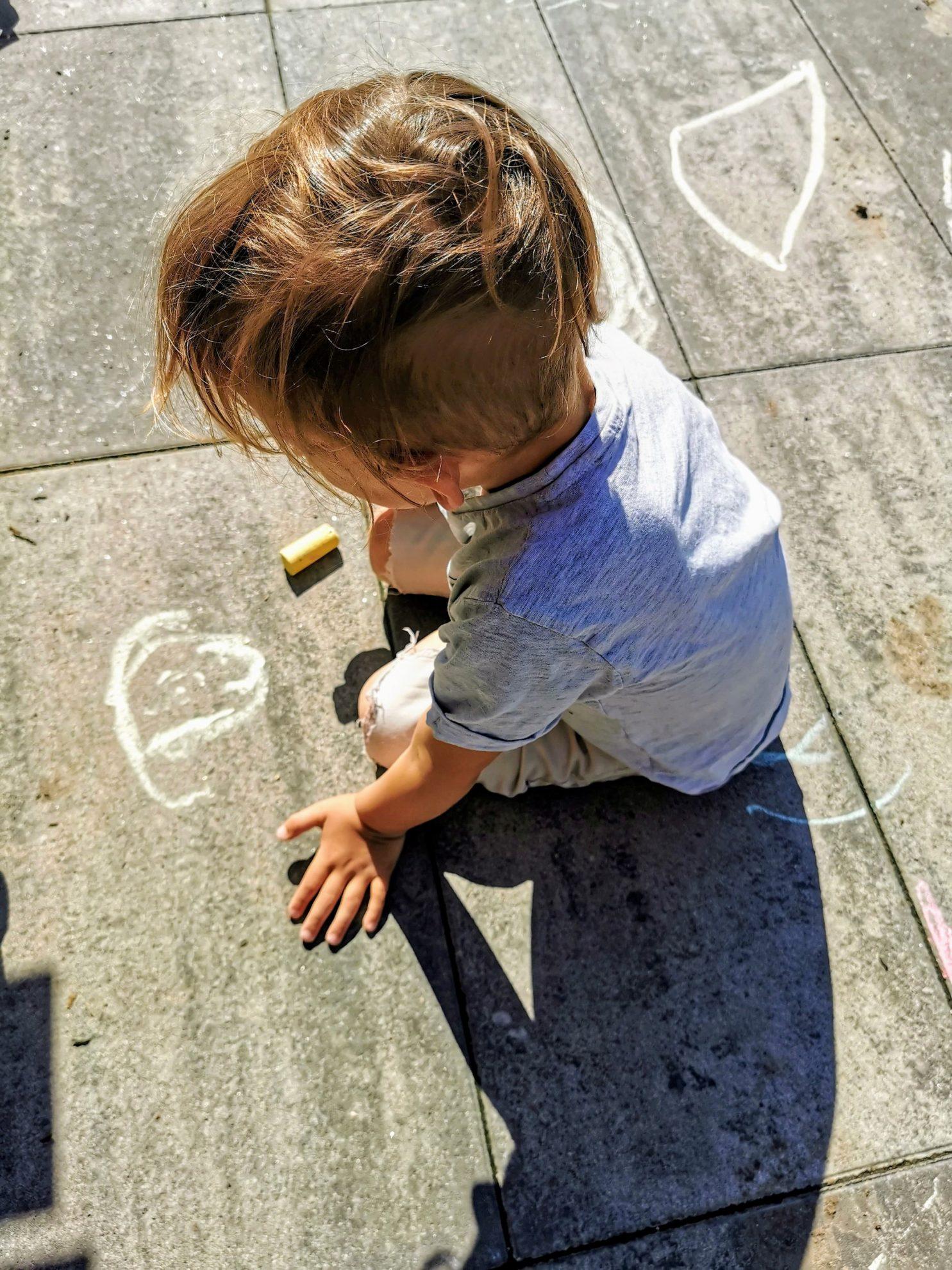 Auf der Terrasse entstehen viele bunte Bilder mit Kreide