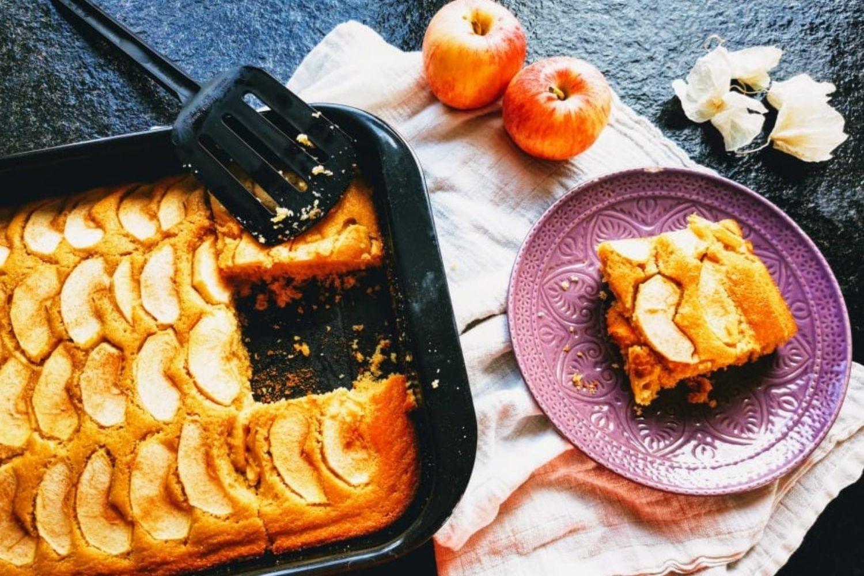 Saftiger Apfelkuchen vom Blech - ein tolles Backrezept, das immer gelingt. Dieser Blechkuchen ist ein Gedicht.
