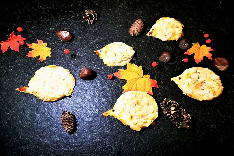 Igel aus Blätterteig backen - ein tolles herbstliches Rezept für die ganze Familie. Schnell, unkompliziert & lecker!