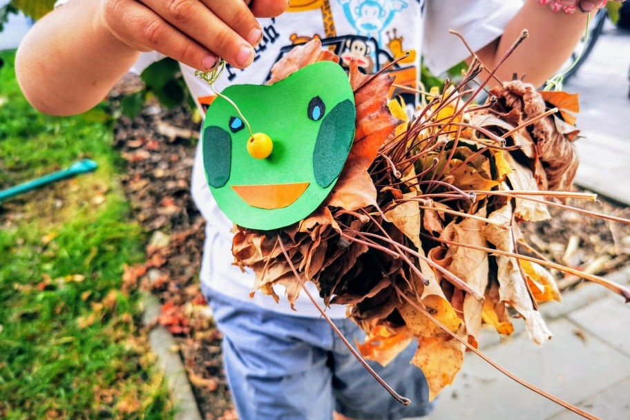 Raupe Nimmersatt aus Laub basteln - ein leichtes DIY für Kinder aus Naturmaterialien