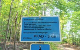 Der Trimm-dich-Pfad in Stetten bietet tolle Naturerlebnisse und Sportübungen für die ganze Familie - ein kostenloser Ausflugstipp im Unterallgäu