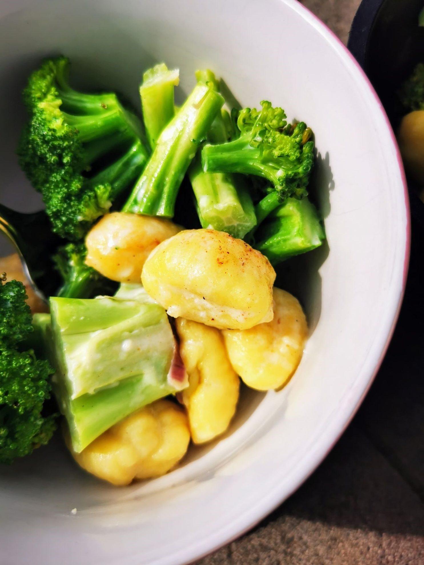 Brokkoli mit Gnocchi und Soße - ein tolles vegetarisches Gericht