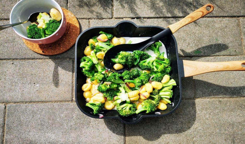 Rezept für Brokkolipfanne mit Gnocchi und Béchamelsoße - vegetarisch kochen für den Familientisch