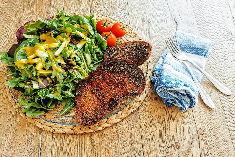 Du hast altes Brot übrig? Dann versuche doch mein Rezept für mediterranes Ofenbrot. Dieses Knusperbrot ist vegan und die perfekte Beilage zu allem.