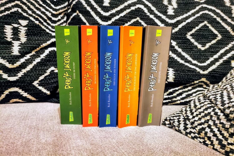Buchtipp: Rick Riordan hat mit den Geschichten um Percy Jackson einen 5teiligen Heldenepos geschaffen, den nicht nur Kinder gerne lesen.