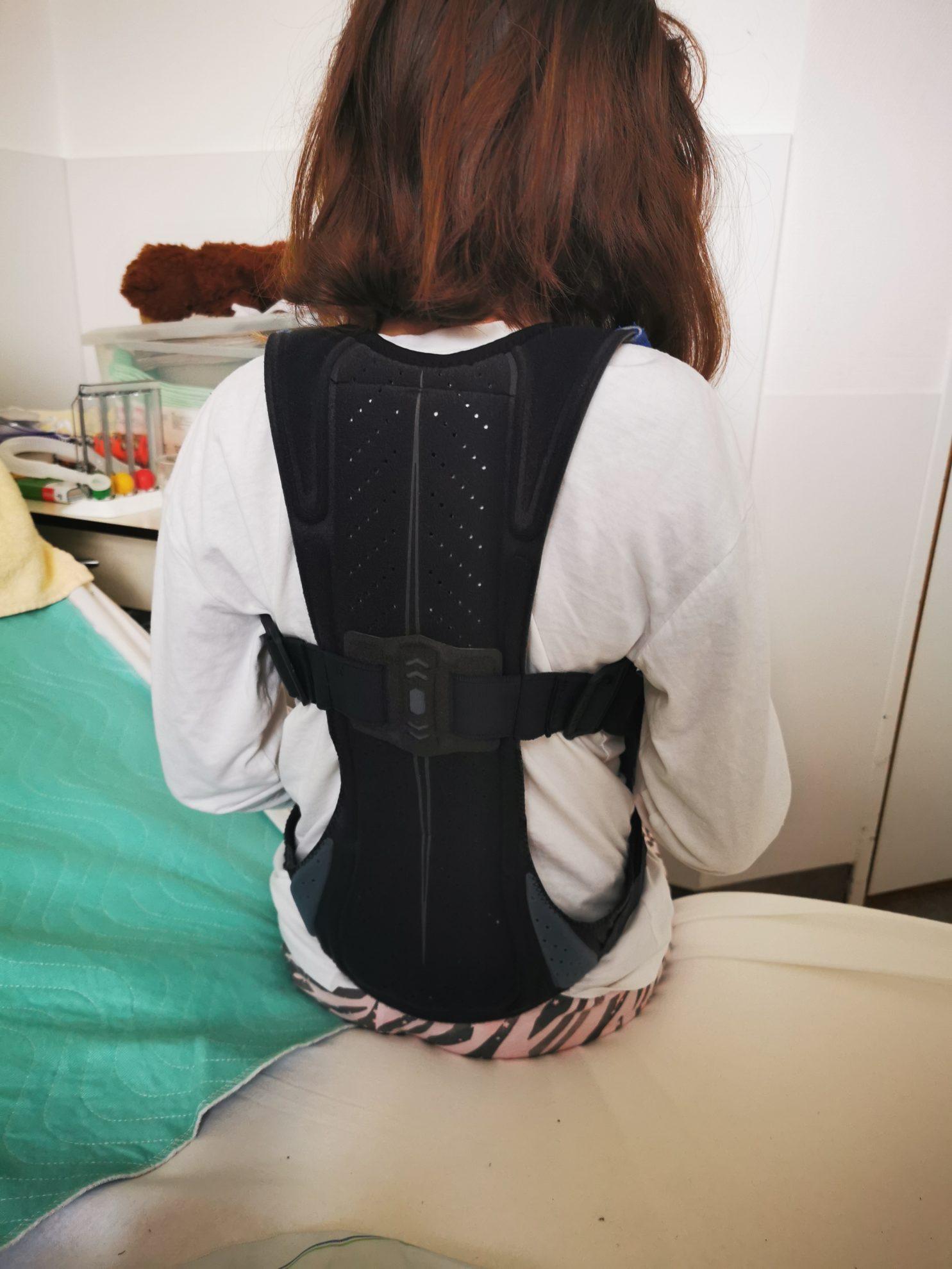 Seit der Halbwirbelentfernung in der Hessing Klinik in Augsburg gehört das Korsett zum Alltag der 11-jährigen.