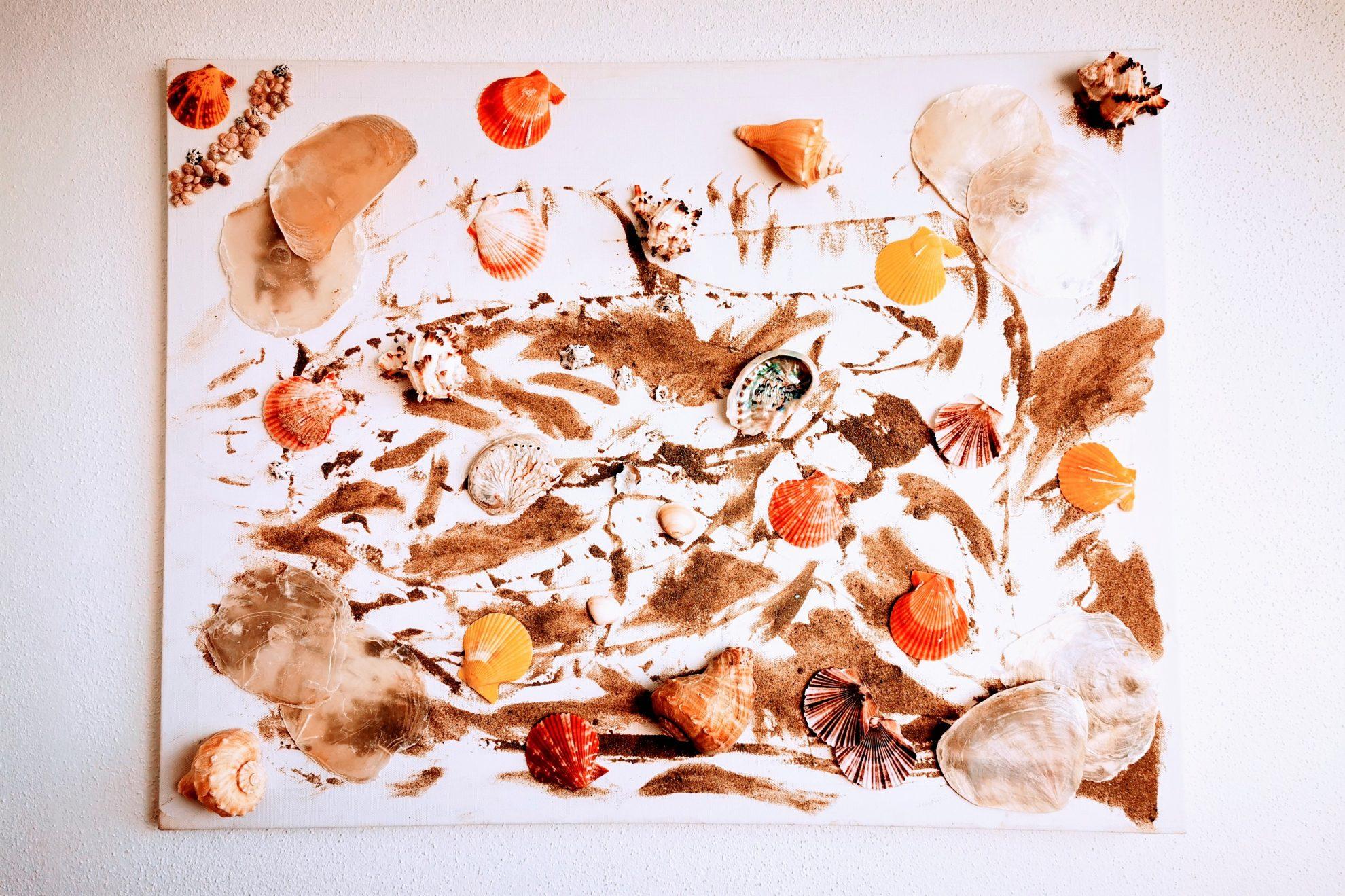 So einfach kannst du ein Strandbild basteln mit den letzten Mitbringseln deines Urlaubs. Ein tolles und leichtes DIY gegen Fernweh. #sand #strand #muscheln #basteln #urlaub #kinder #bastelnmitkindern #mamablogger_de