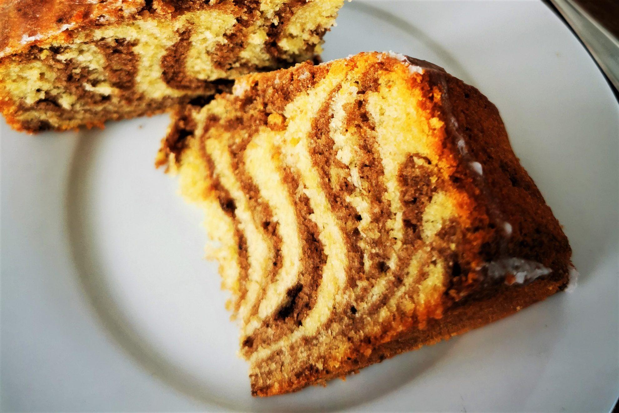 Dieses Rezept für Zebrakuchen ist nicht nur simpel, es schmeckt auf herrlich saftig und bringt ein optisches Highlight mit sich. #kuchen #backen #rezept #backrezept #zebrakuchen #marmorkuchen