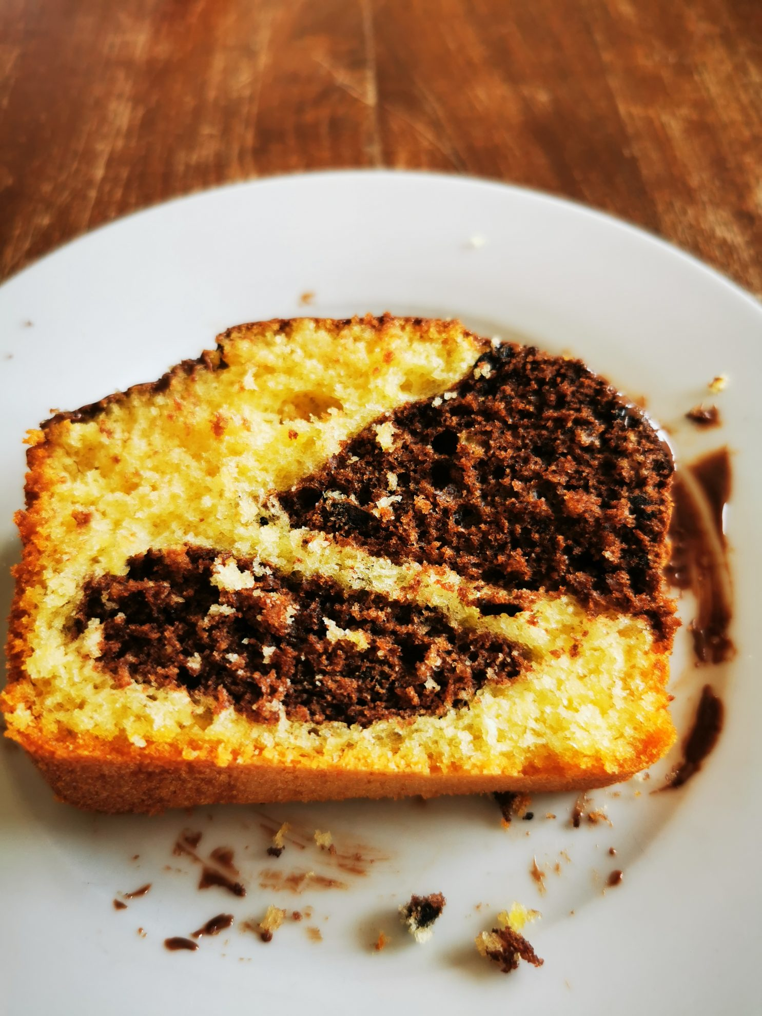 So toll kann Kuchen aussehen. Ein Kuchenstück mit Kuhfleckenmuster macht richtig gute Laune. Dazu der Schokoladenguss, der das Ganze abrundet.