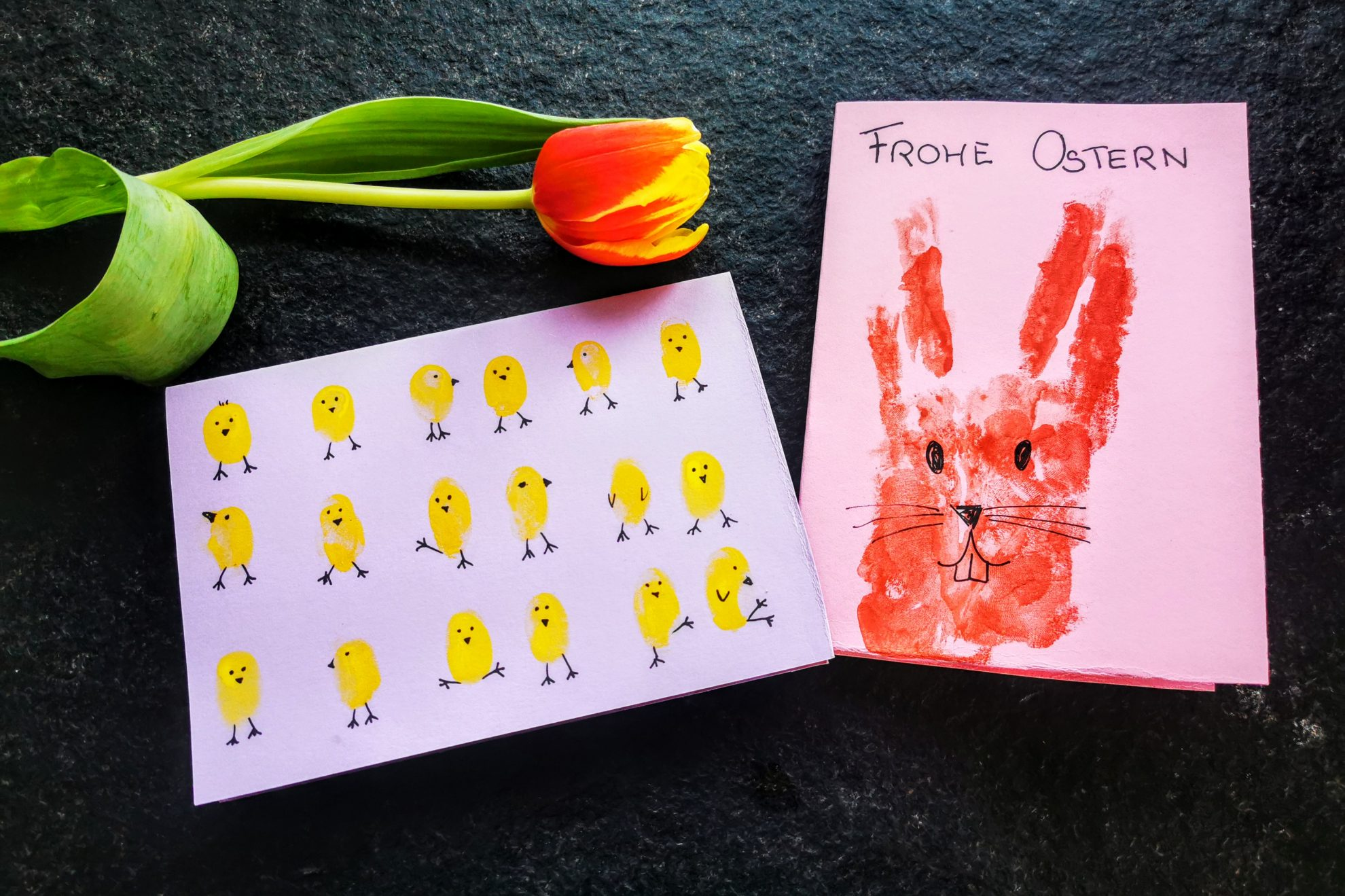 So einfach kannst du individuelle und schöne Osterkarten basteln mit Fingerabdrücken und Handabdrücken. Ein einfaches DIY für zwischendurch.