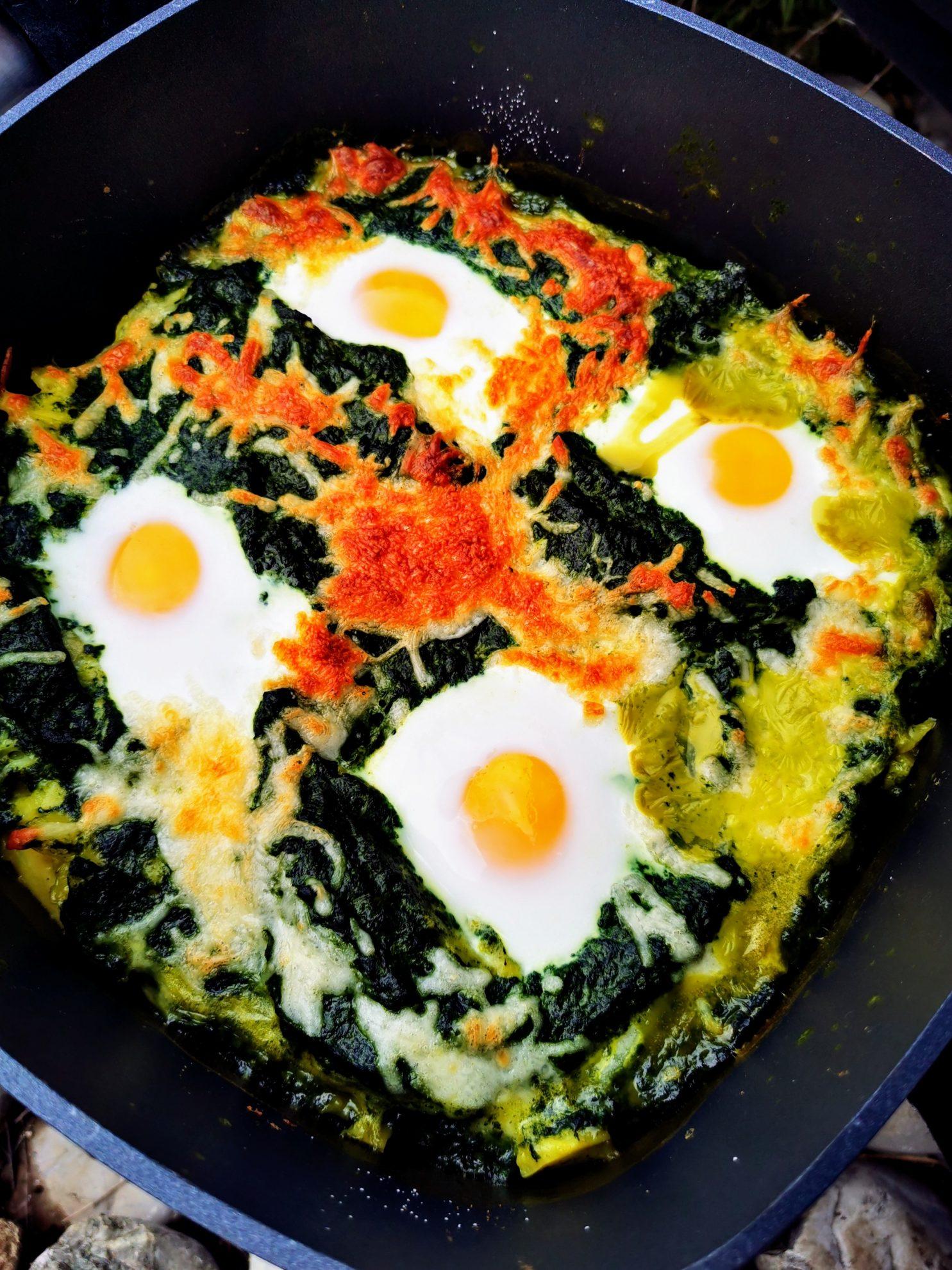 Leckerer Auflauf aus Spinat Kartoffeln und Ei. Ein tolles Kochrezept für die Familie, das das Lieblingsessen vieler Kinder neu interpretiert.