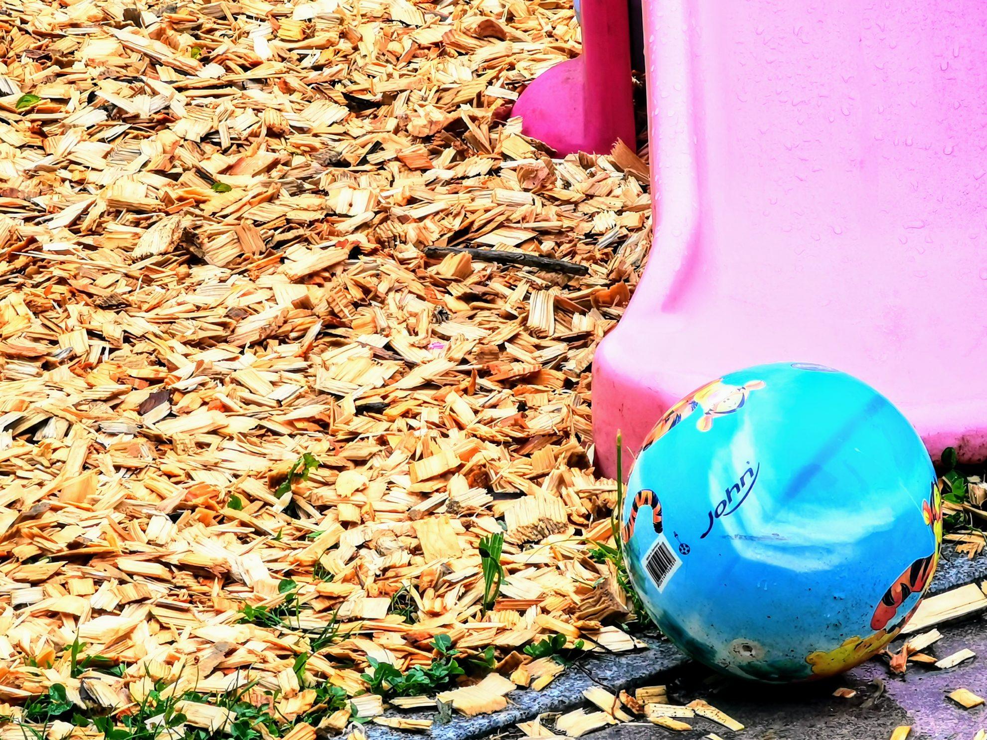 Ein blauer Ball vor einer pinken Rutsche