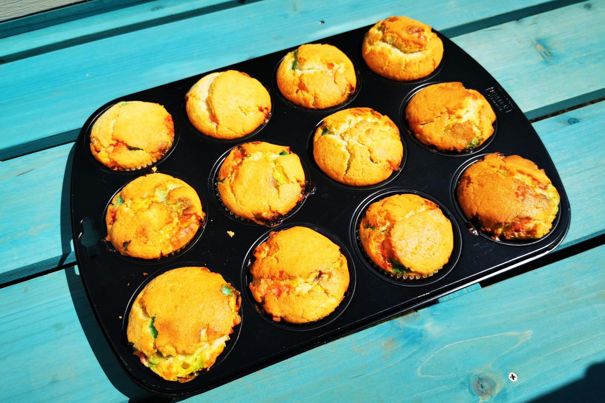 Du suchst nach einem kinderleichten bunten Backrezept? Dann solltest du diese Muffins mit Marshmallows backen. So einfach, schnell & lecker!