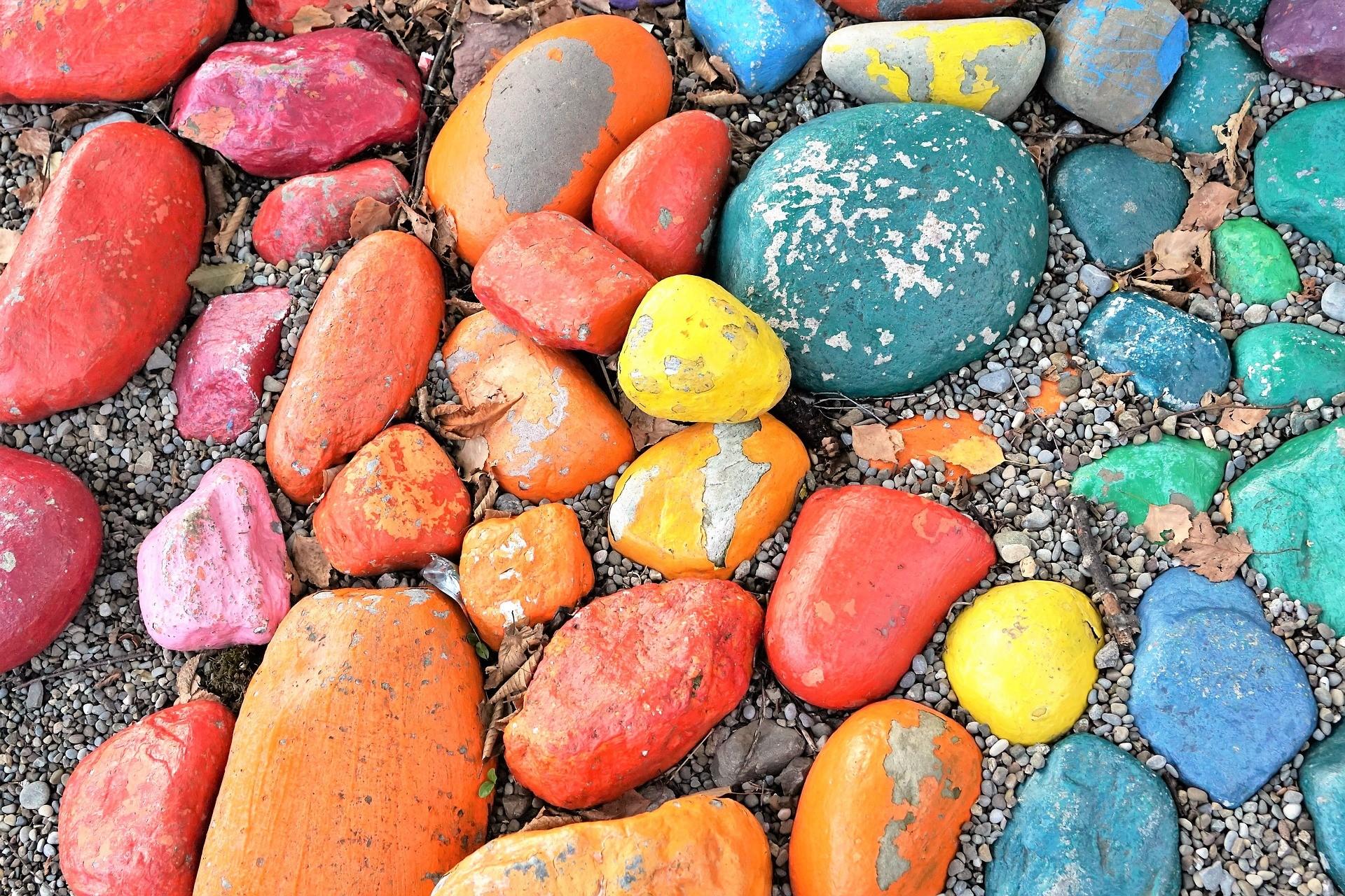 Du hast überall Steine deiner Kinder und weißt nicht wohin? Ich zeige dir 5 einfache Ideen, was du mit Steinen basteln kannst.