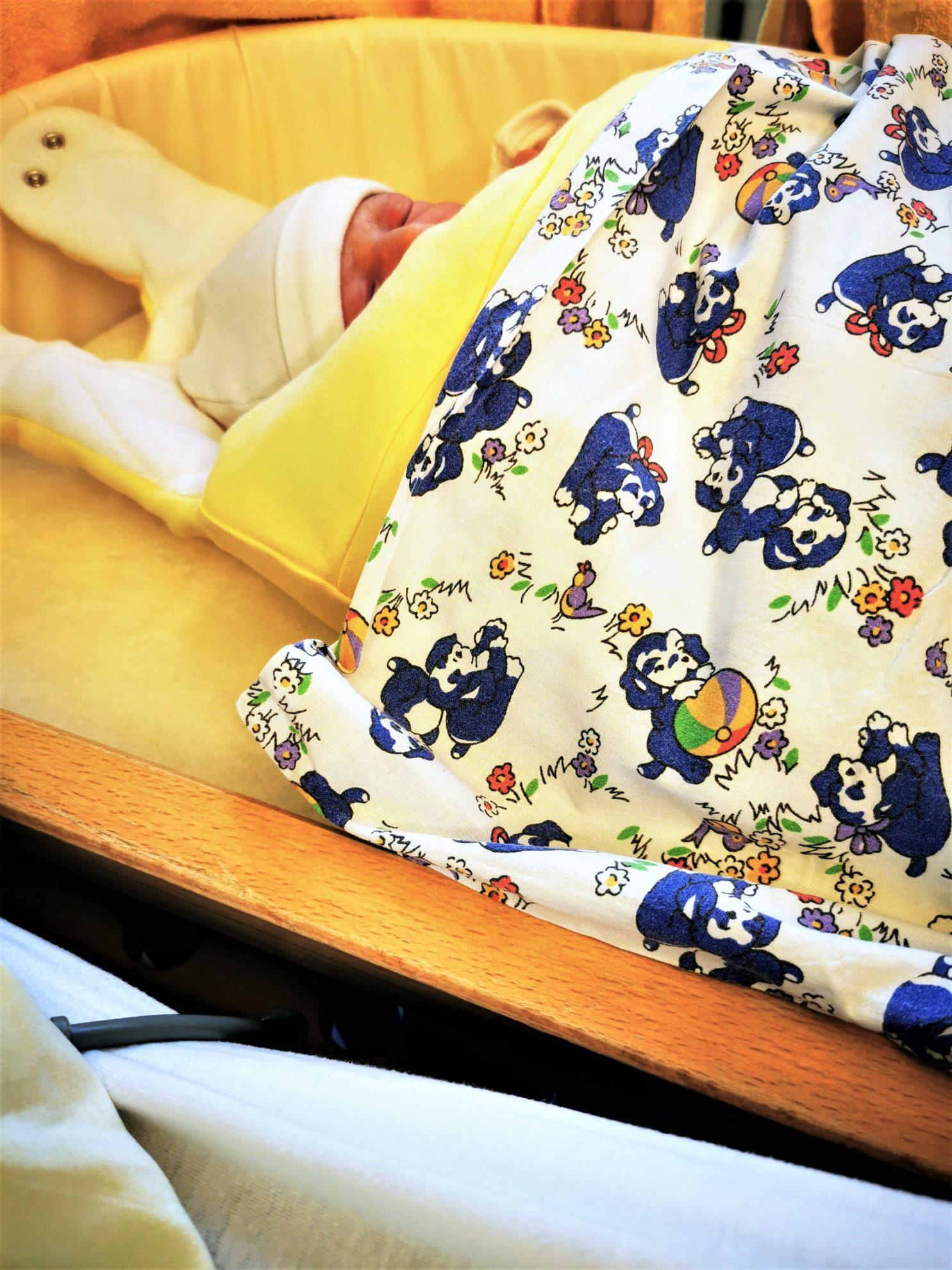 Neugeborenes im Tag der Entbindung im Krankenhaus