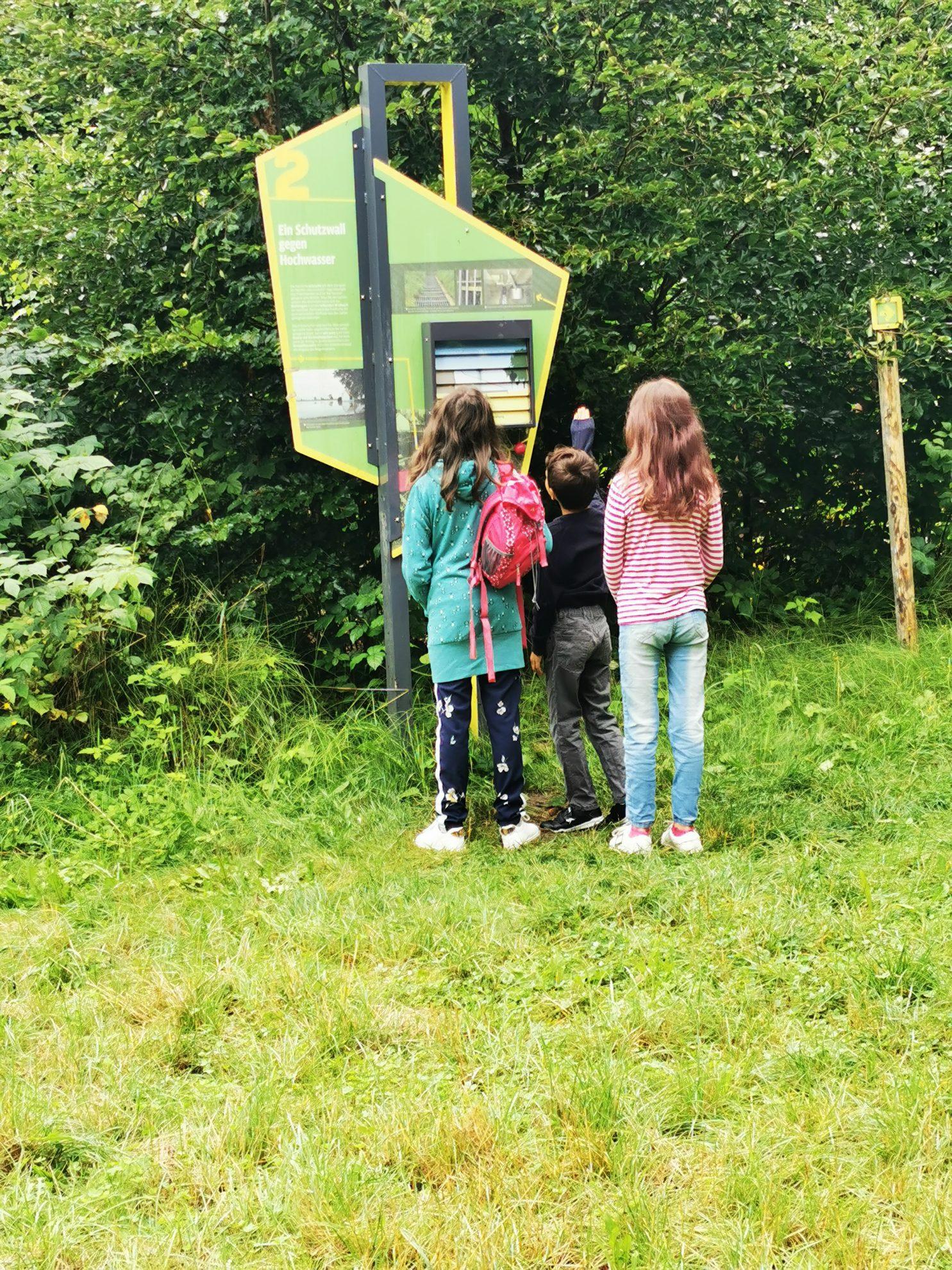 Die verschiedenen Stationen durch den Naturerlebnispfad sind liebevoll aufgebaut und erklären Groß und Klein die Vorgänge der Natur.