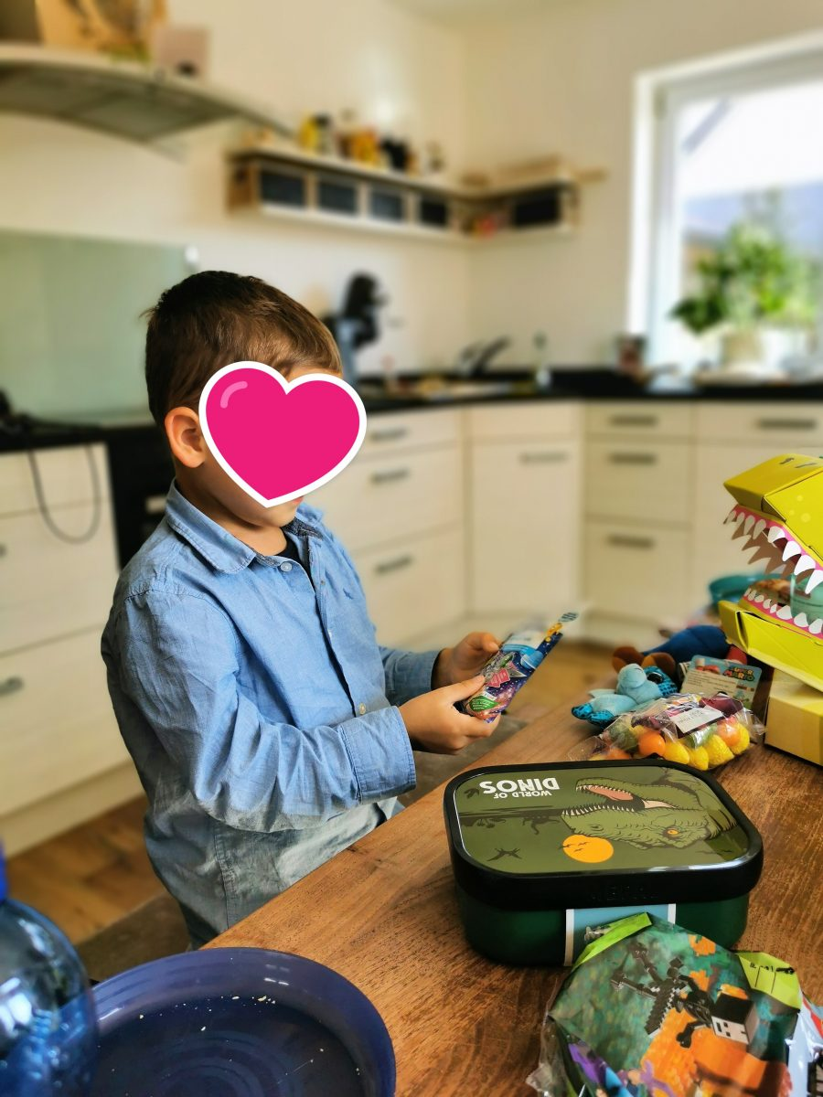 Die Einschulung und damit verbundenen Geschenke aus der Schultüte haben dem Kind eine riesige Freude bereitet.