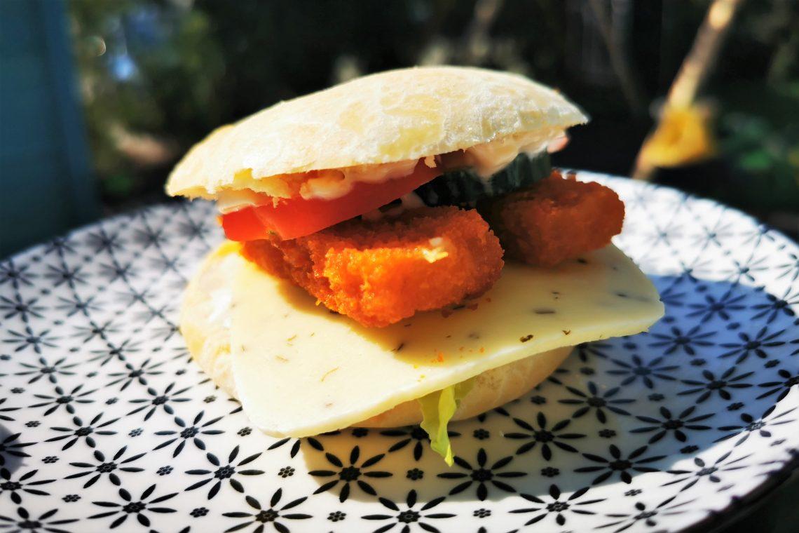 Mit Kindern kochen: schnelle und einfache Fischstäbchenburger - perfekt für erste Kochversuche von Kindern oder wenn es schnell gehen muss.