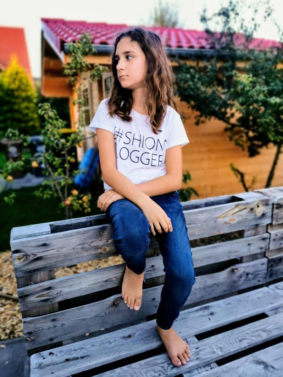 Wenn Teenager sich in Pose werfen, kommen unheimlich tolle Bilder heraus. Wie hier auf Puddingklecks, dem Großfamilienblog, wenn die Große auf der Banklehne sitzt und zur Seite blickt.