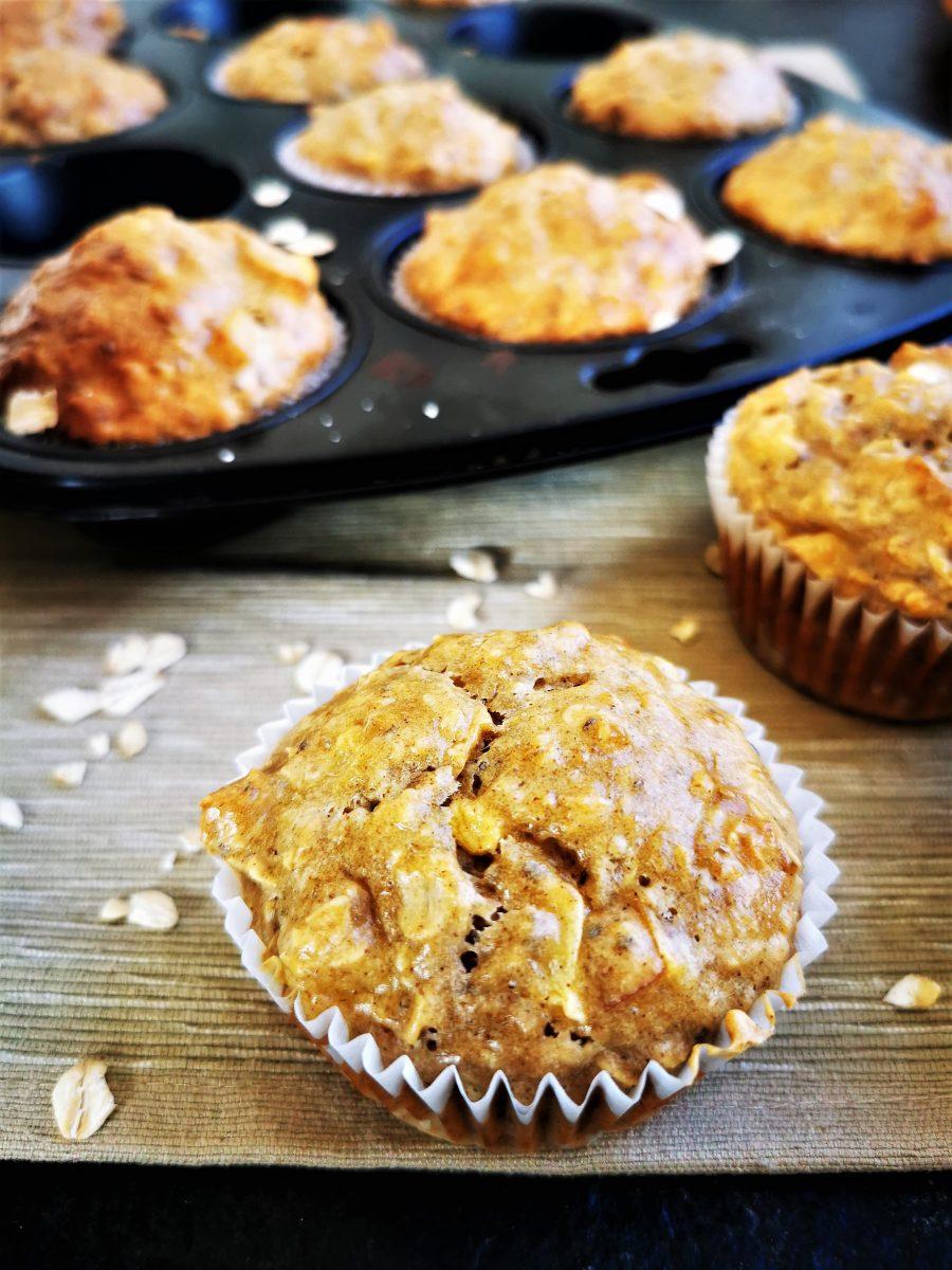 Saftige Frühstücksmuffins mit Apfel - ein einfaches Rezept, das ohne Industriezucker auskommt. Kleine Muffins, perfekt zum Mitnehmen für Schule und Kita