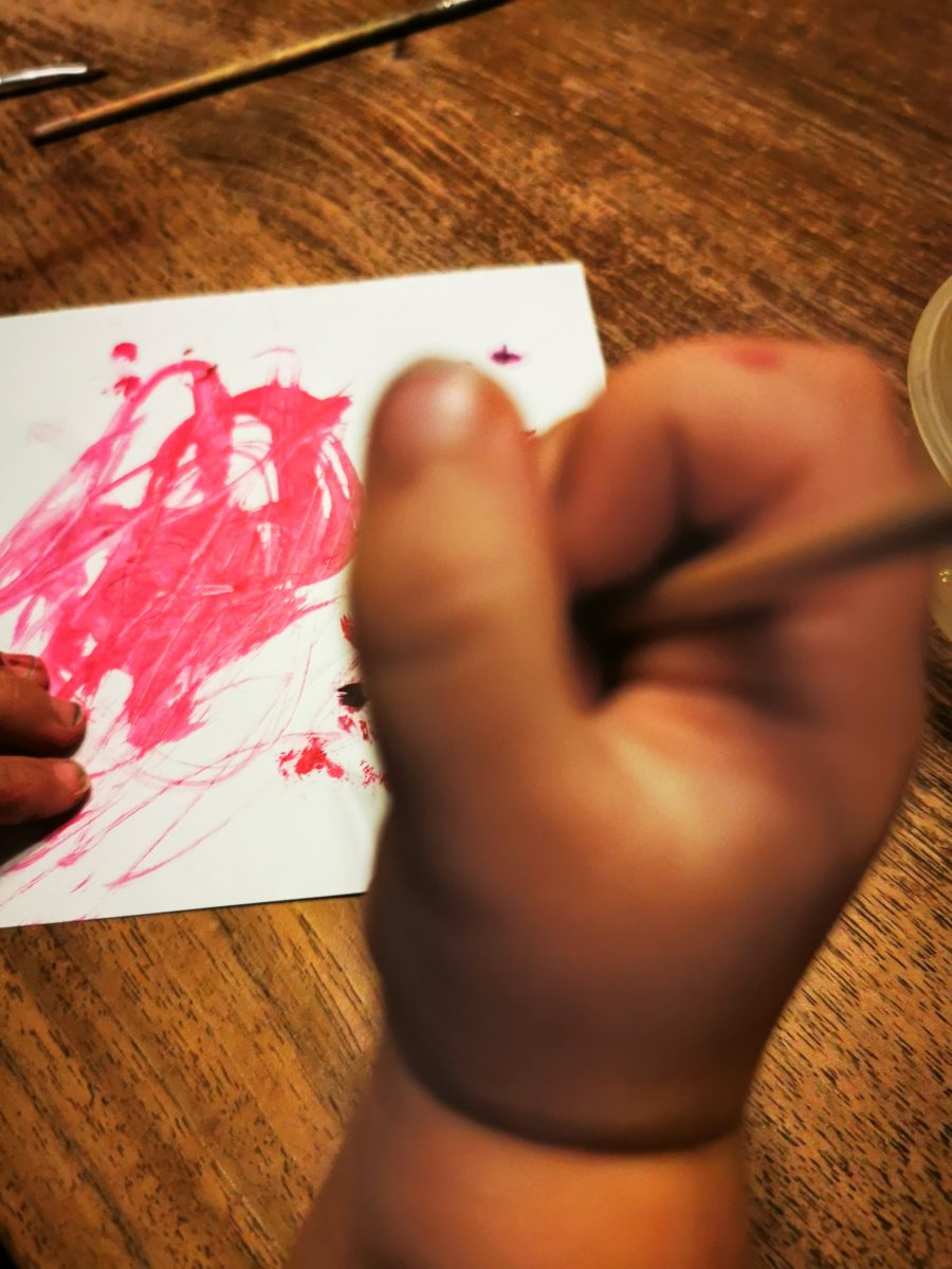 Im 12 von 12 im Oktober 2021 malt der 2-jährige Sohn von Julie vom Familienblog Puddingklecks mit pinker Wasserfarbe