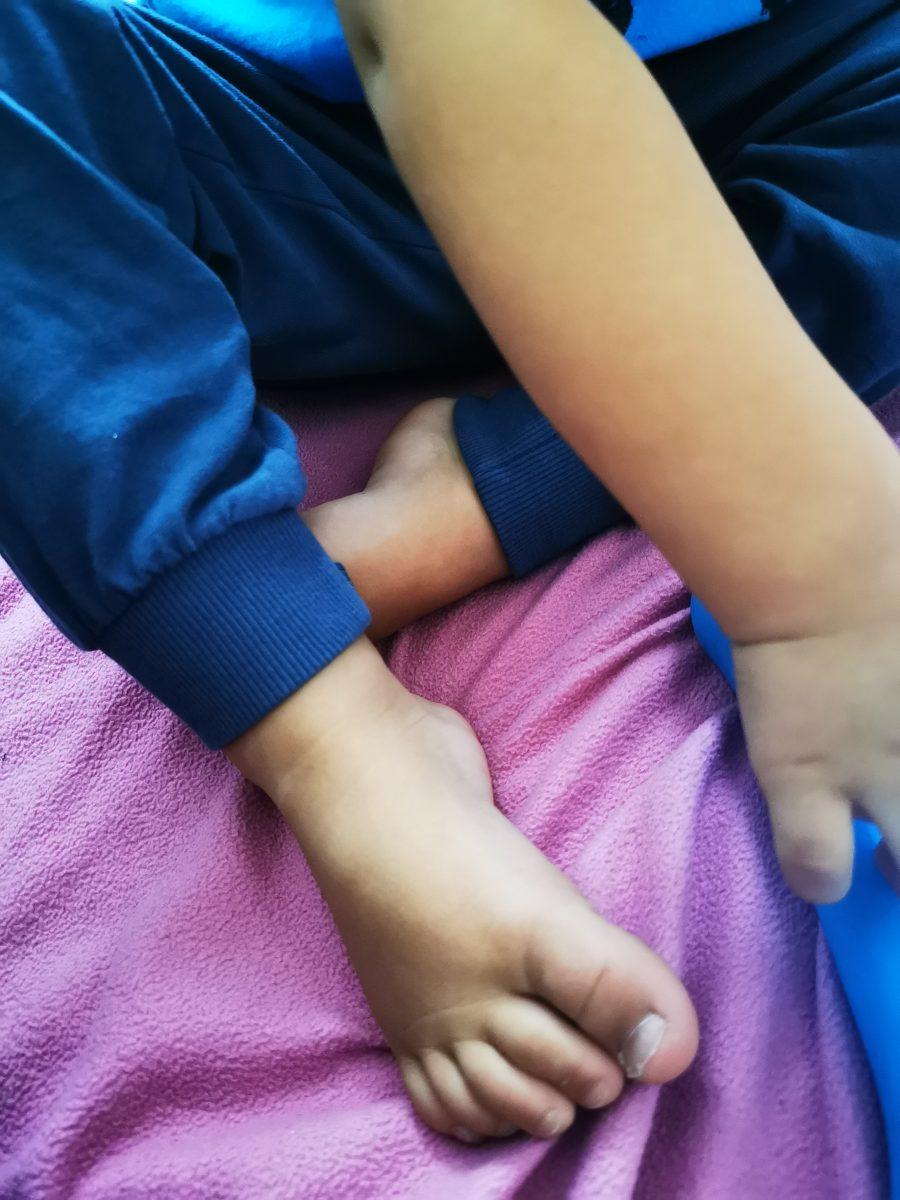 Kinderfüße auf rosa Spannbettlaken und Fire Tablet Kids - ein entspannter Tag mit 6 Kindern.