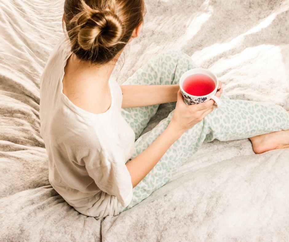 Schwangere entspannt mit Tee