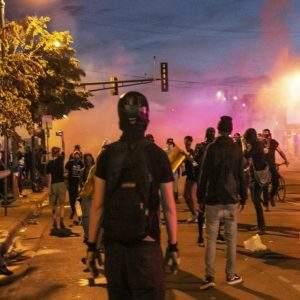 Los incendios arden en Minneapolis; Trump llama a los manifestantes «matones». Crece el odio racial en USA