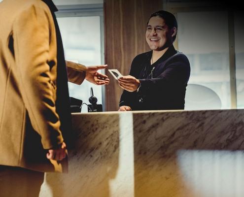 To menn i resepsjon på hotell