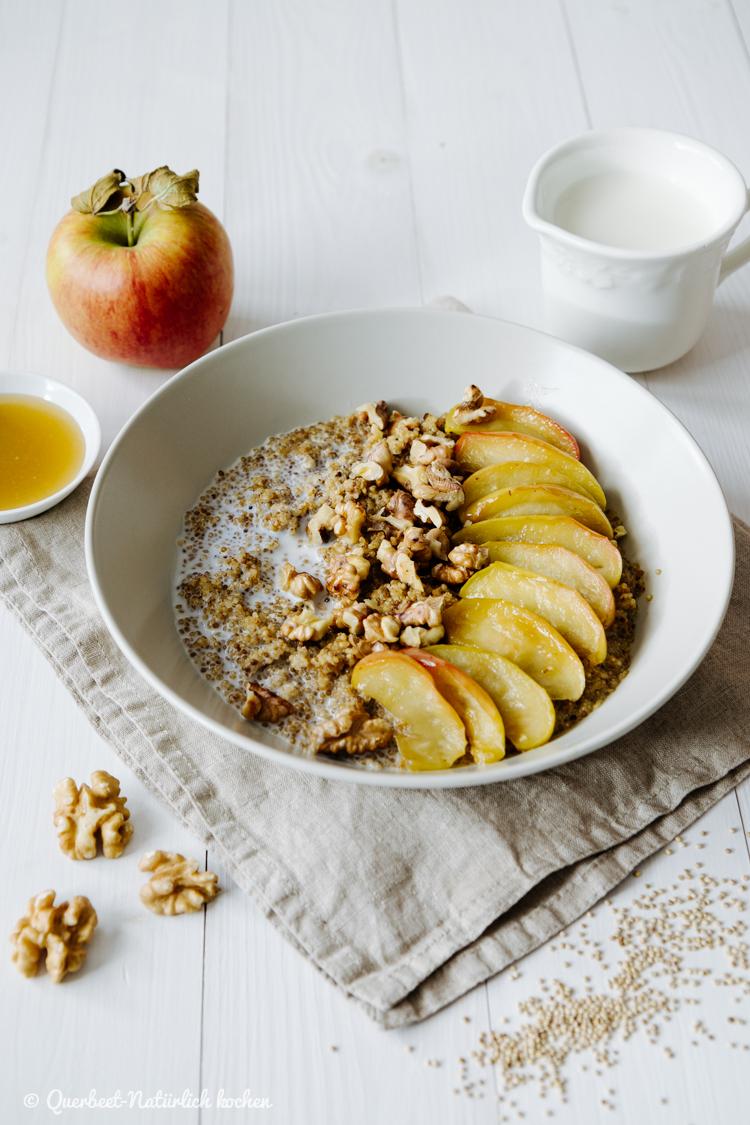 Quinoa Porridge mit karamellisierten Apfelscheiben und gerösteten Walnüssen | Wärmendes Winter Frühstück | querbeetnatuerlichkochen.de