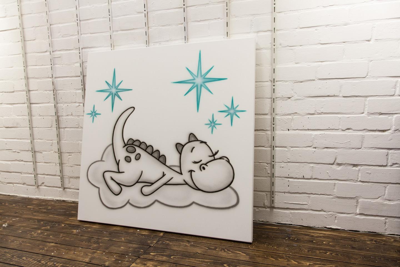 Draakje Dirk airbrush schilderij met sterren op canvas in babykamer