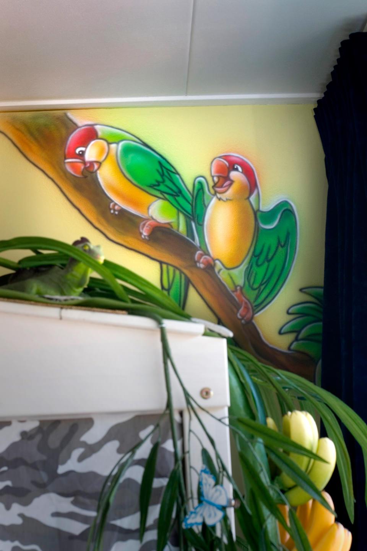 Papegaaien airbrush muurschildering in jungle kinderkamer