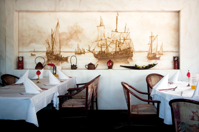 Sepia schildering van boten schepen in restaurant
