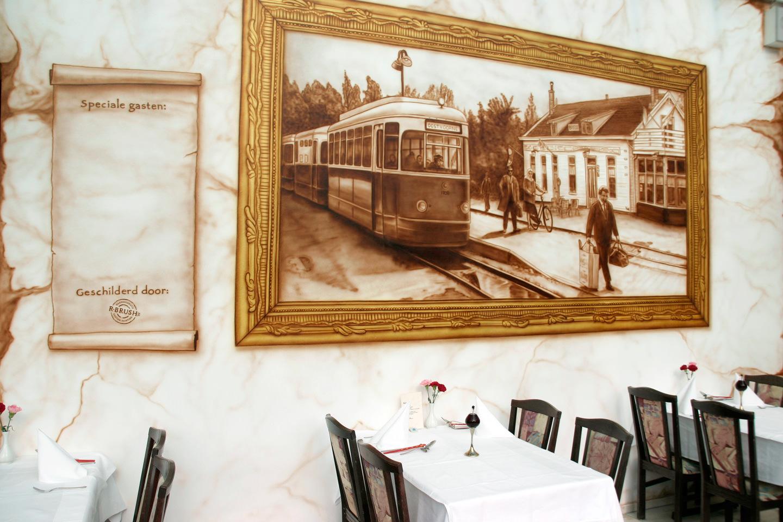 Sepia muurschildering oude tramstation in Brielle