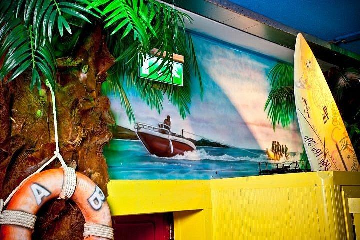 Muurschilderingen speedboot met banaan BAJA beachclub Rotterdam