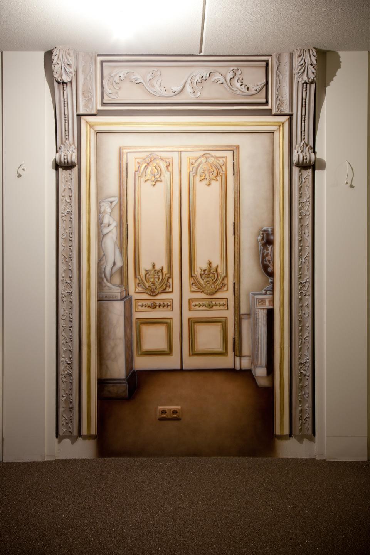 Exclusieve muurschildering van deur in woonkamer