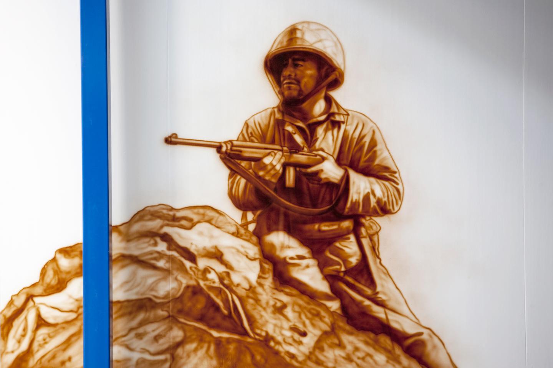 Showroom muurschildering van WOII soldaat in sepia