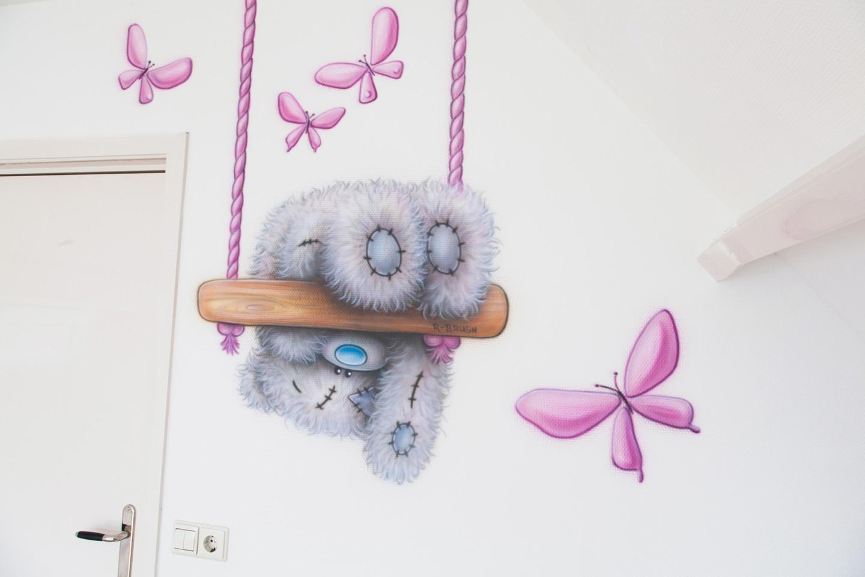 Airbrush babykamer muurschildering van me to you beertje met vlindertjes