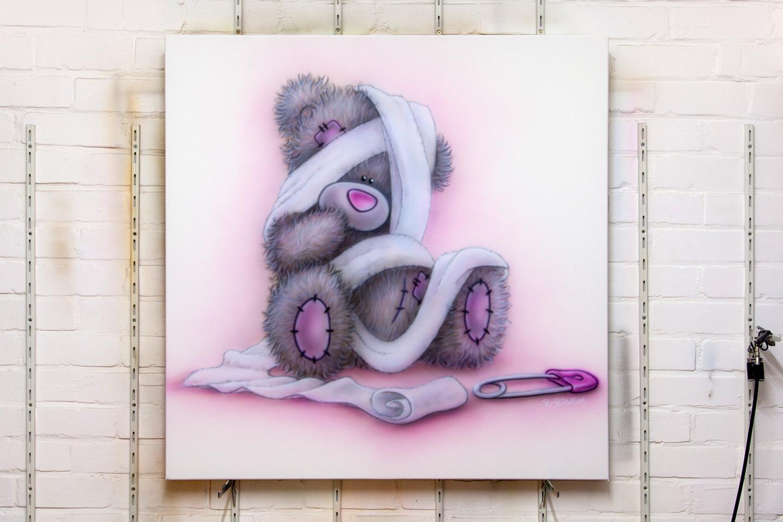 Me to you beertje met luier en speld, airbrush babykamer schilderij