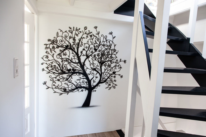 Muurschildering van boom met vogeltjes. Inspiratie voor hal en trappengat.
