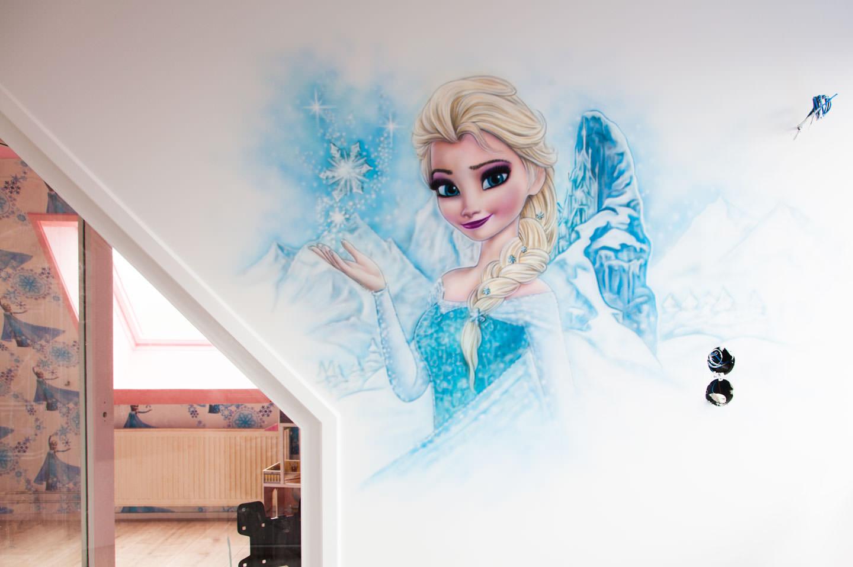 Muurschildering van Elsa in Frozen meisjeskamer