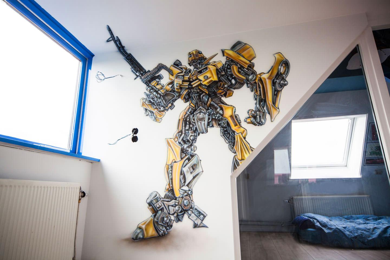 Stoere Transformer Bumblebee airbrush muurschildering in jongenskamer.