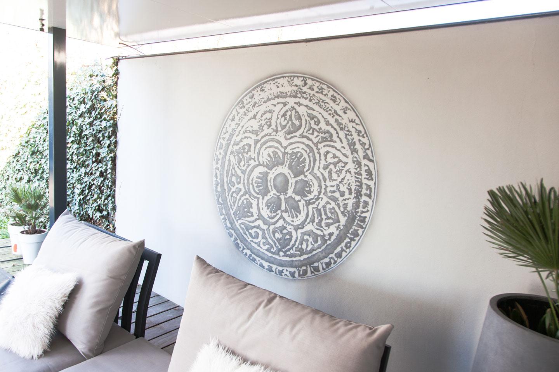 Mandala muurschildering onder overkapping op buitenmuur